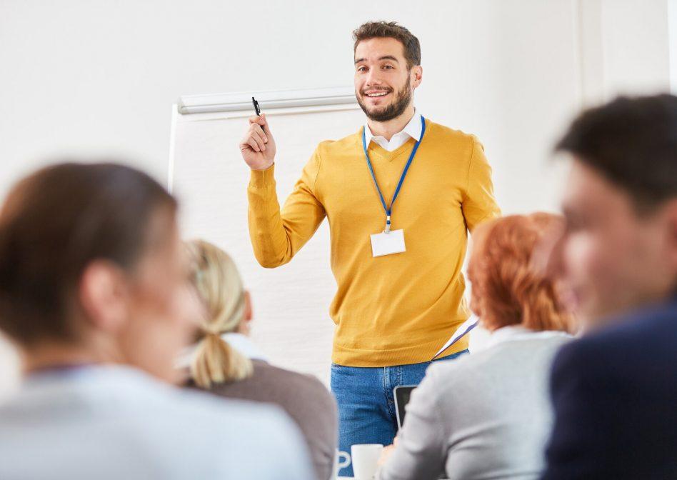 Mann als Redner und Berater bei einer Business Präsentation zur Weiterbildung